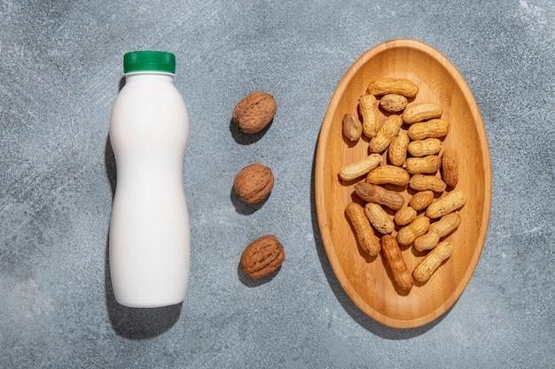 ビューの上のナッツとヨーグルトの配置