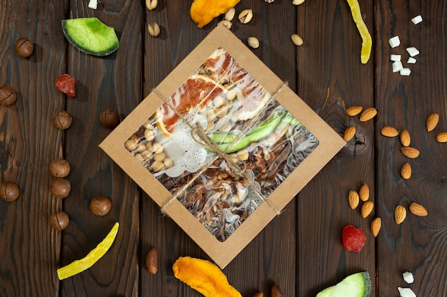 Орехи, цукаты и сухофрукты разных сортов в бумажной коробке