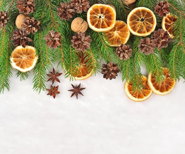 ナッツ、乾燥したオレンジとコーン、白い背景の上のトウヒの枝