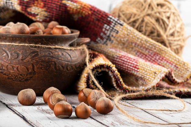 Орехи в этническом декоративном горшке