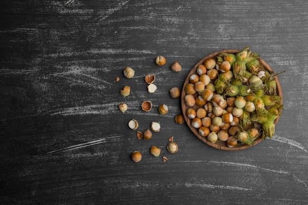 Орехи в скорлупе с зелеными листьями