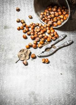 石のテーブルの古い鍋のナッツ
