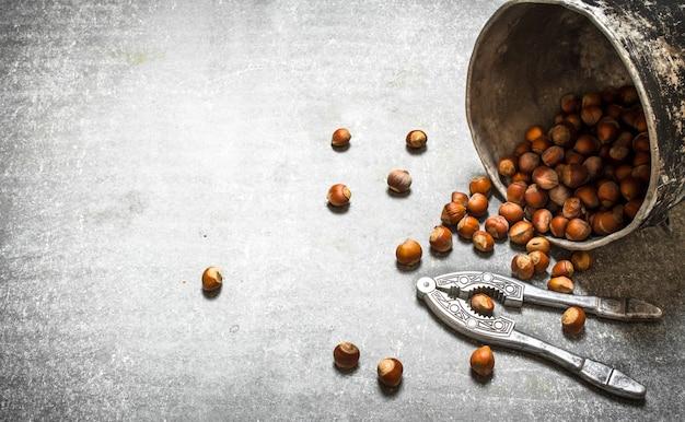 古い鍋のナッツ。石のテーブルの上。
