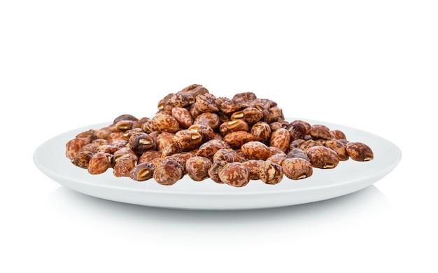 Орехи, изолированные в белой тарелке