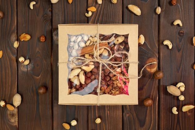 Гайки разных сортов в ящике на конструкционном деревянном ящике