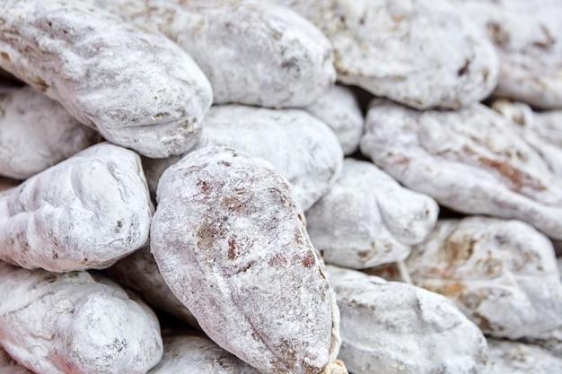 Орехи ветчины с белой плесенью. фон мясных продуктов