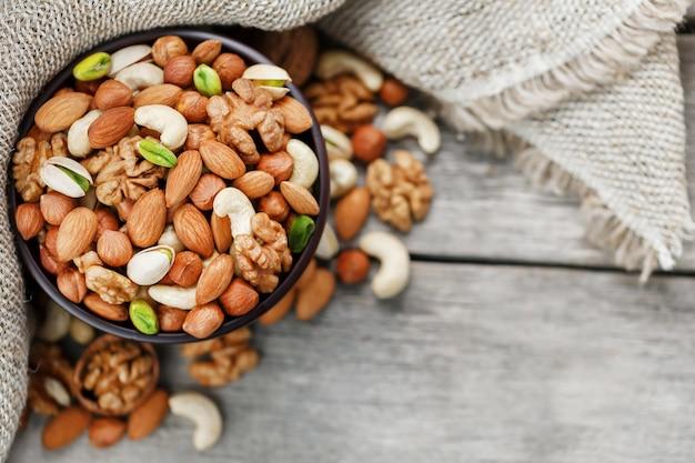 木の板からさまざまな種類のナッツがこぼれる