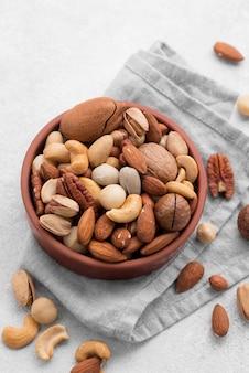 Орехи на кухонной ткани
