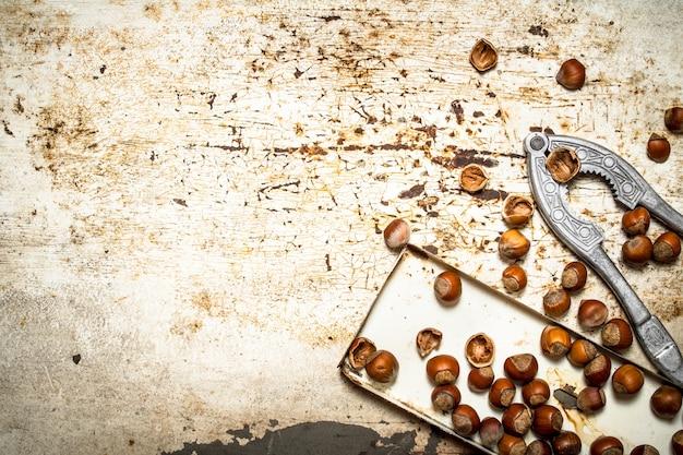 古いトレイのナッツ。素朴な背景に。