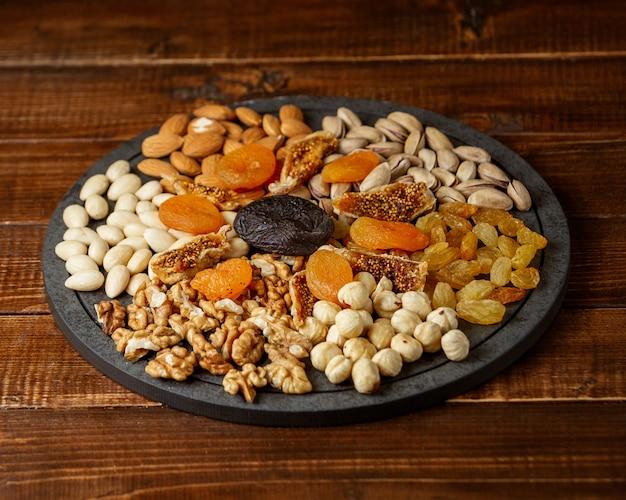 テーブルに置かれたナッツ
