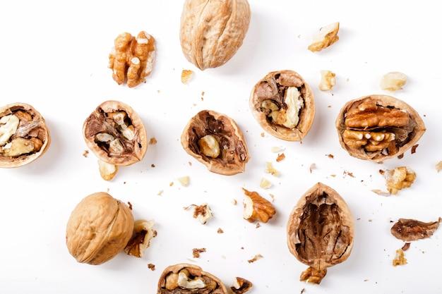 Гайки. грецкие орехи на белом фоне