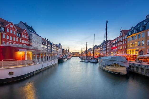 Панорамный вид на достопримечательность nyhavn в городе копенгаген, дания