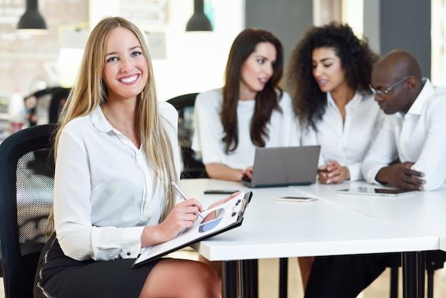 Многоэтническая группа из трех бизнесменов, встречающихся в современном o