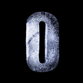 O замерзшая вода в форме алфавита на черном фоне