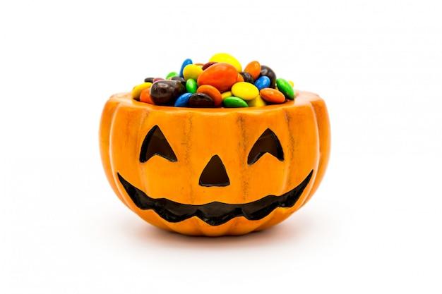 ハロウィンジャックoランタンバケツにカラフルなチョコレートがあふれています
