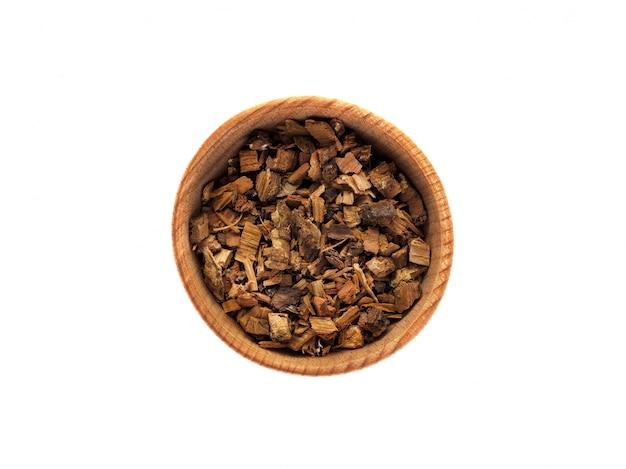 Кора дуба в деревянной чашке на белом столе