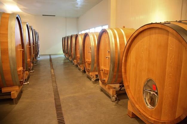 Хранение вина в дубовых бочках на винодельне.