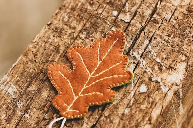 나무 배경에 오크 잎