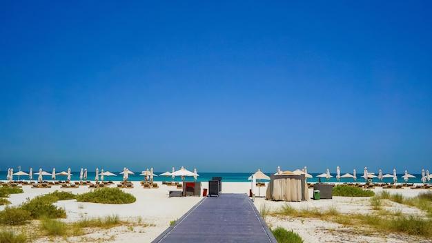 アラビア湾のオアシス、アブダビ。環境に優しいビーチ。