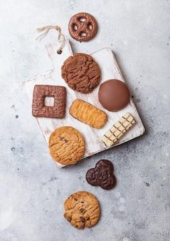 石造りのキッチンで木の板にオート麦とチョコレートクッキーの選択