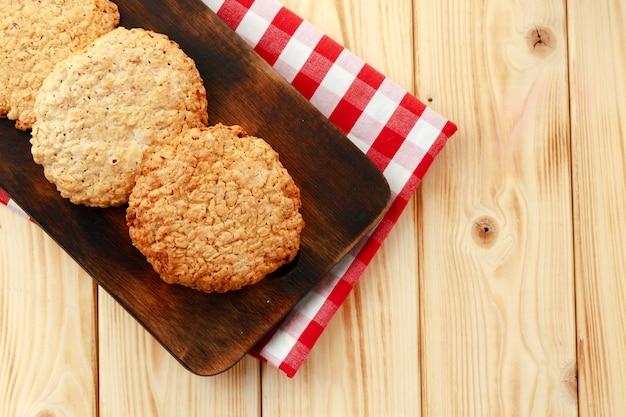 木製のテーブルの上のオート麦クッキーのクローズアップ写真