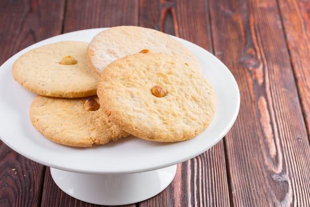 Овсяное печенье на красивой тарелке