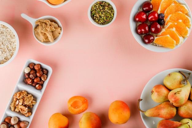 Овсяные хлопья в мисках с фруктами, орехами, арахисовым маслом