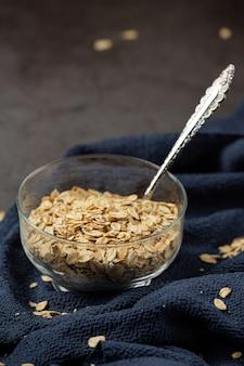 Зерна овса и бобины пшеницы в контейнерах