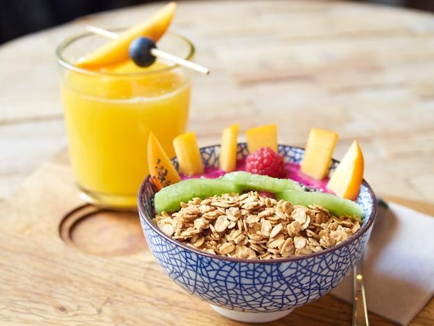 Овсяная миска с фруктами и апельсиновым соком