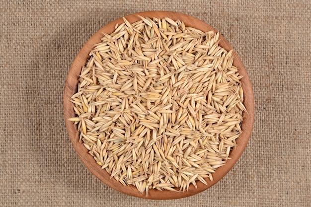Семена овса в деревянной миске