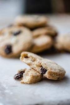 Овсяное и изюмное печенье.