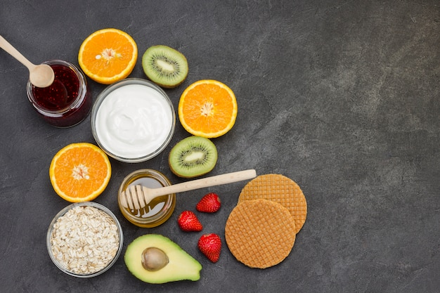 Овсянка, ягоды авокадо, фрукты, джем, йогурт для energy healthy breakfast.
