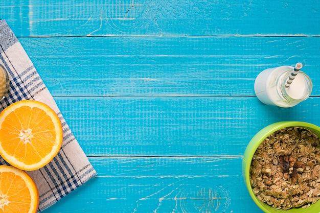 오렌지와 우유와 함께 오트밀 아침 식사입니다. 건강한 아침 식사. 위에서 볼 수 있습니다. 복사 공간