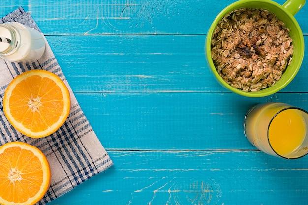 오렌지 주스와 함께 오트밀 아침 식사입니다. 건강한 아침 식사. 위에서 볼 수 있습니다. 복사 공간