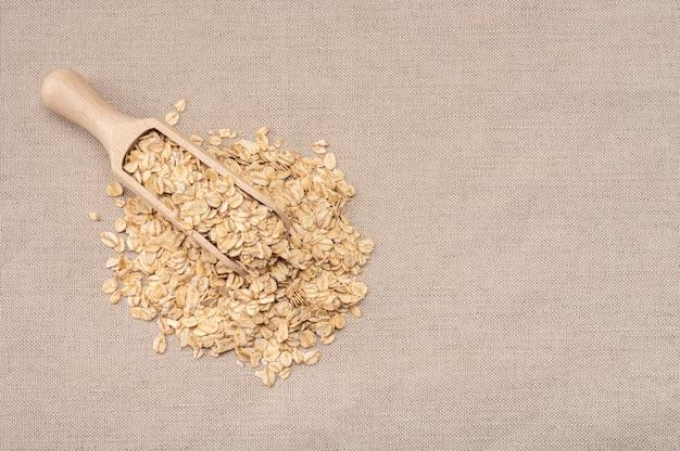 오트밀 시리얼. 그 식물과 함께 오트밀의 국자와 더미.