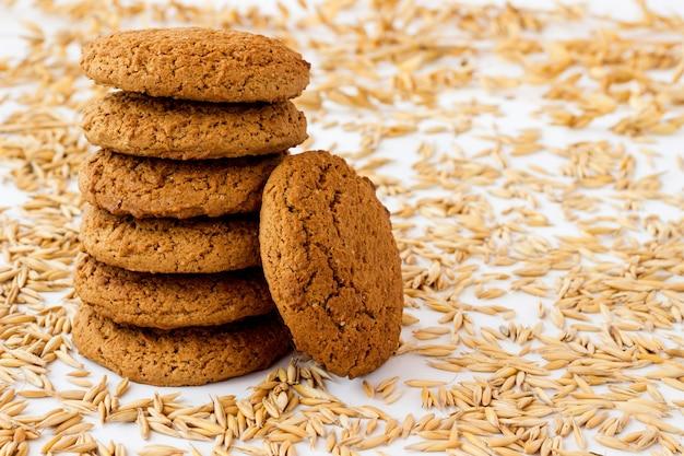 밀과 귀리 곡물 사이의 오트밀 쿠키