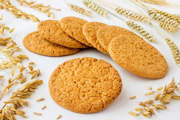 밀 스파이크와 귀리 곡물 사이의 오트밀 쿠키