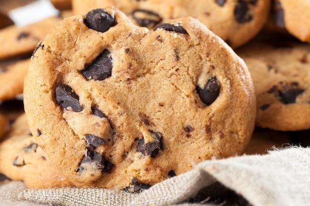 オートミールクッキーと甘いチョコレートの大きな部分を一緒に
