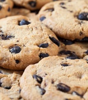 Овсяное печенье и большие кусочки сладкого шоколада вместе
