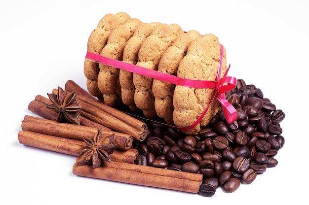 흰색 배경에 오트밀 쿠키, 계피, 아니스, 커피 콩