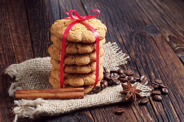 어두운 나무 배경에 오트밀 쿠키, 계피, 아니스와 커피 콩