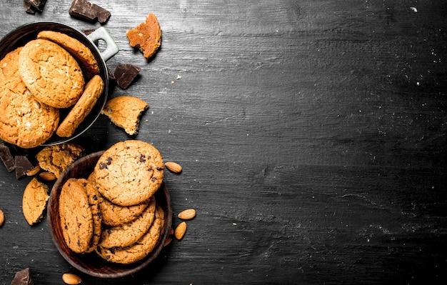 Овсяное печенье в миске с миндалем.