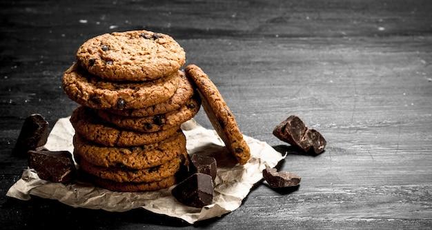 초콜릿으로 오트밀 쿠키. 검은 칠판에.