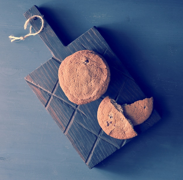 木製の素朴なボード上のオートミールクッキー
