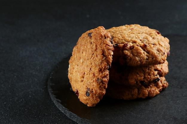 暗い背景にオートミールクッキースタッククッキー