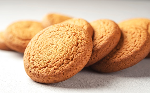 Овсяное печенье на белом столе с копией пространства