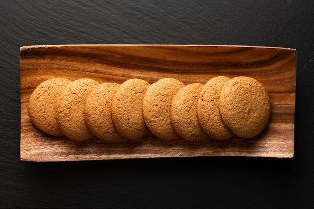 木製の背景の上面図のオートミールクッキー