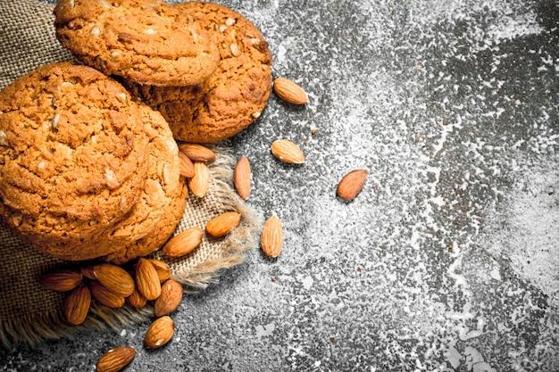 Овсяное печенье с миндалем на деревенском фоне