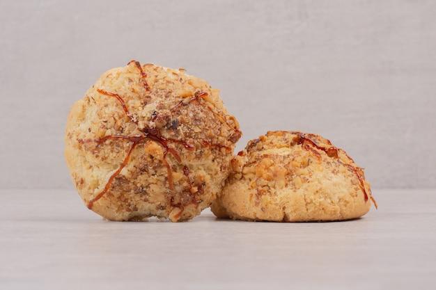 Biscotti di farina d'avena con salsa al caramello su grigio.