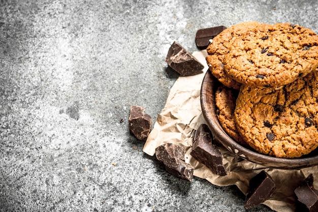 Овсяное печенье с шоколадом в миске.